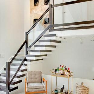 Ejemplo de escalera en L, escandinava, pequeña, con escalones de madera y contrahuellas de madera pintada