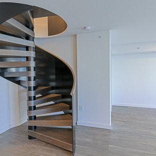 マイアミの小さい木のモダンスタイルのおしゃれな階段 (金属の手すり) の写真