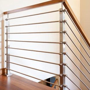 Idéer för mellanstora funkis raka trappor i trä, med sättsteg i trä