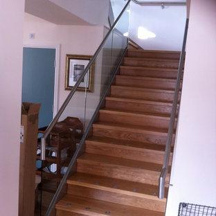 デヴォンの木のコンテンポラリースタイルのおしゃれな階段の写真