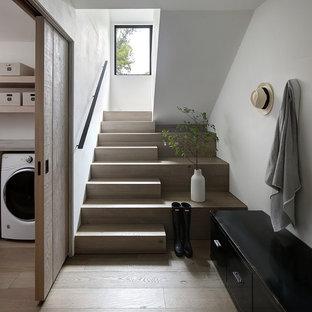 Imagen de escalera en U, minimalista, con escalones de madera y contrahuellas de madera