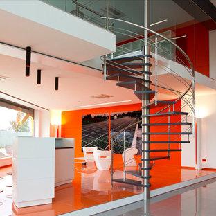 Ejemplo de escalera de caracol, minimalista, sin contrahuella, con escalones de madera
