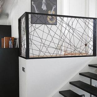 Diseño de escalera recta, moderna, pequeña, sin contrahuella, con barandilla de metal y escalones de madera pintada