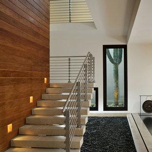 他の地域のモダンスタイルのおしゃれな階段 (ワイヤーの手すり) の写真