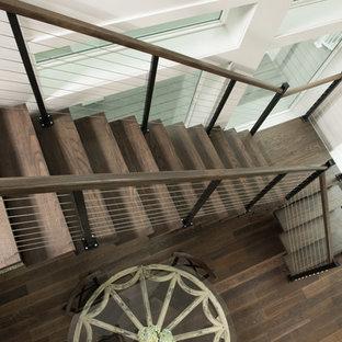 Inspiration för en stor maritim flytande trappa i trä, med sättsteg i metall och räcke i trä