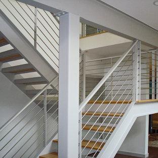 Retro Holztreppe in U-Form mit offenen Setzstufen in New York