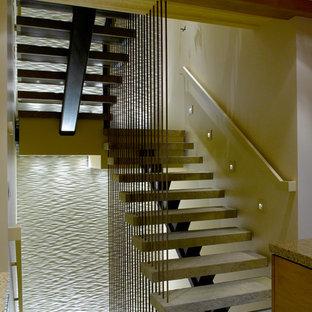 サクラメントのモダンスタイルのおしゃれな階段の写真