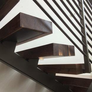 Ejemplo de escalera suspendida, industrial, de tamaño medio, con escalones de madera y contrahuellas de madera