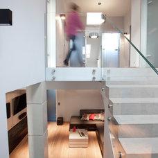 Modern Staircase by BANUCHASTUDIO