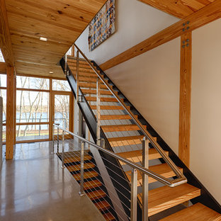 Imagen de escalera moderna, sin contrahuella, con escalones de madera
