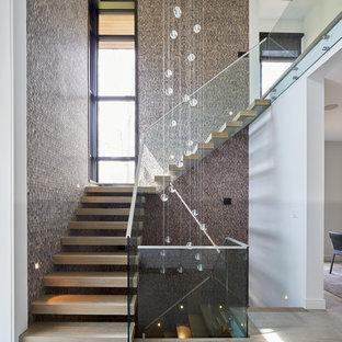 Diseño de escalera en L, contemporánea, sin contrahuella, con escalones de madera y barandilla de vidrio