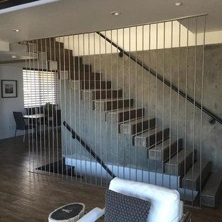 Пример оригинального дизайна: большая прямая лестница в стиле модернизм с бетонными ступенями и бетонными подступенками