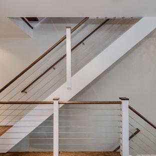 Ejemplo de escalera recta, moderna, de tamaño medio, sin contrahuella, con escalones de madera