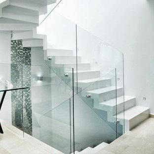 マイアミの大きいタイルのモダンスタイルのおしゃれな折り返し階段 (タイルの蹴込み板) の写真