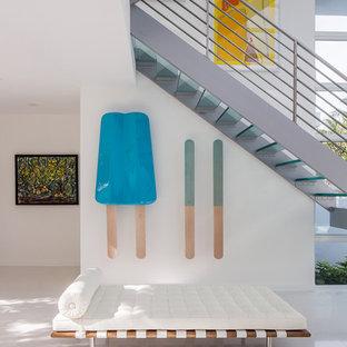 Идея дизайна: большая п-образная лестница в стиле модернизм с стеклянными ступенями без подступенок