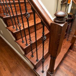 Imagen de escalera recta, clásica, de tamaño medio, con escalones de madera, contrahuellas de madera y barandilla de varios materiales