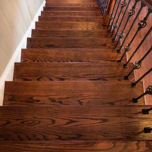Foto de escalera recta, tradicional, de tamaño medio, con escalones de madera, contrahuellas de madera y barandilla de varios materiales