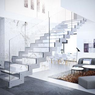 Идея дизайна: большая лестница на больцах в современном стиле с стеклянными ступенями и стеклянными перилами без подступенок
