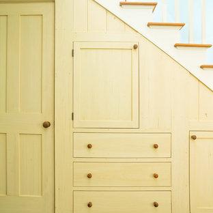 バーリントンの中くらいの木のおしゃれな直階段 (フローリングの蹴込み板) の写真