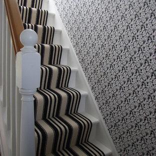 Ejemplo de escalera recta, actual, de tamaño medio, con escalones enmoquetados y contrahuellas enmoquetadas
