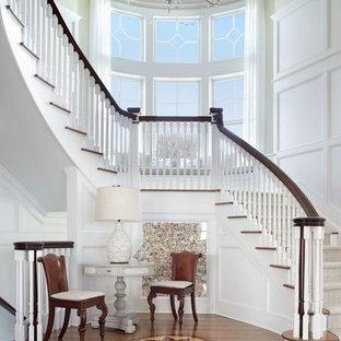 Idéer för att renovera en vintage svängd trappa i trä, med sättsteg i målat trä och räcke i trä