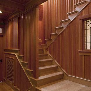 Modelo de escalera en U, rural, grande, con escalones de madera, contrahuellas de madera y barandilla de madera