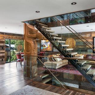 Diseño de escalera recta y madera, rural, sin contrahuella, con escalones de madera, barandilla de vidrio y madera