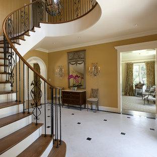 Imagen de escalera en U, mediterránea, grande, con escalones de madera y contrahuellas de madera pintada