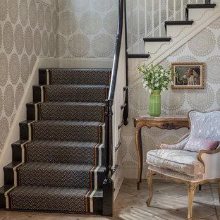 Inspiration för en mellanstor vintage l-trappa i målat trä, med räcke i trä