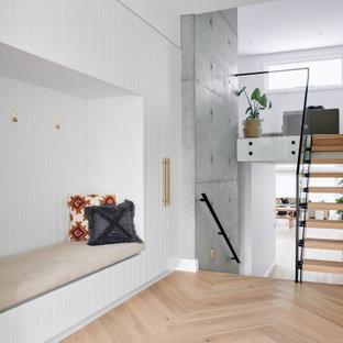 Пример оригинального дизайна: большая п-образная лестница в морском стиле с деревянными ступенями, металлическими перилами и панелями на стенах без подступенок