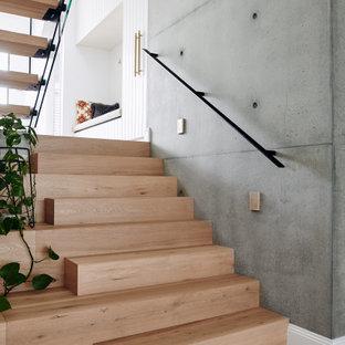 Foto de escalera en U y boiserie, costera, grande, sin contrahuella, con escalones de madera, barandilla de metal y boiserie