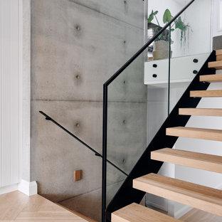 Imagen de escalera en U y boiserie, marinera, grande, sin contrahuella, con escalones de madera, barandilla de metal y boiserie