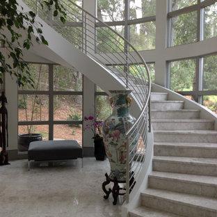 Idéer för en mycket stor eklektisk svängd trappa i marmor, med sättsteg i marmor och räcke i metall