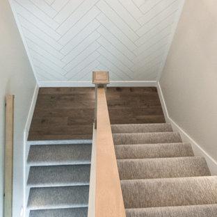 Idéer för lantliga u-trappor, med heltäckningsmatta, sättsteg med heltäckningsmatta och räcke i trä