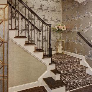 Imagen de escalera en L y papel pintado, tradicional renovada, de tamaño medio, con escalones enmoquetados, contrahuellas de madera, barandilla de madera y papel pintado
