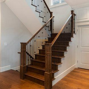 Diseño de escalera en U, tradicional, grande, con escalones de madera y contrahuellas de madera