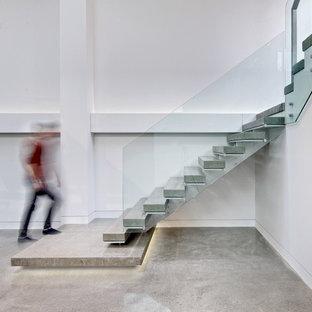 トロントのコンクリートの北欧スタイルのおしゃれな階段の写真