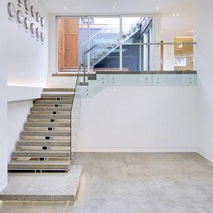 Идея дизайна: большая прямая лестница в скандинавском стиле с бетонными ступенями без подступенок