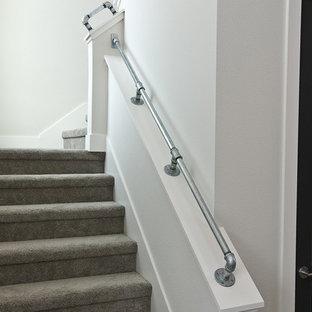 ダラスのカーペット敷きのコンテンポラリースタイルのおしゃれなかね折れ階段 (カーペット張りの蹴込み板) の写真