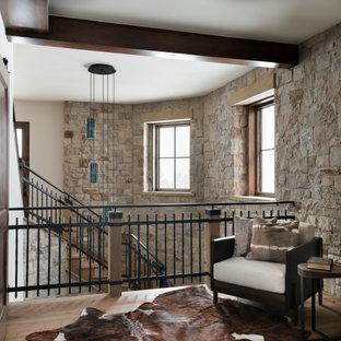 Immagine di una scala curva minimalista di medie dimensioni con pedata in legno, alzata in pietra calcarea e parapetto in materiali misti