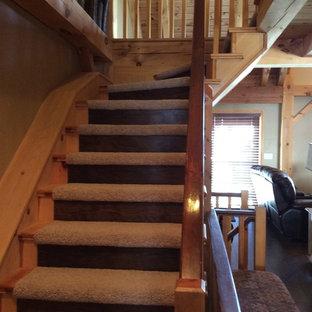 Imagen de escalera curva, rústica, pequeña, con escalones enmoquetados y contrahuellas enmoquetadas