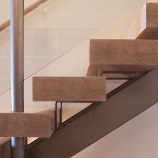 Новые идеи обустройства дома: большая лестница в стиле модернизм