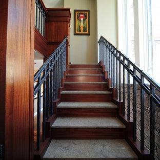 Diseño de escalera suspendida, clásica, con escalones con baldosas