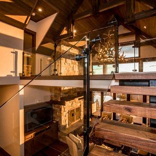 Immagine di una scala a rampa dritta contemporanea con pedata in legno, nessuna alzata e parapetto in vetro