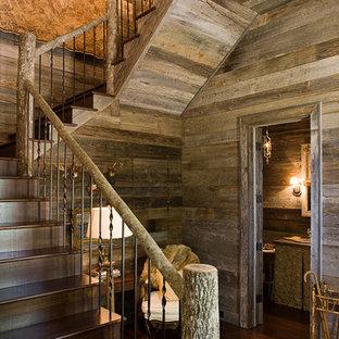 """Foto di una scala a """"U"""" stile rurale di medie dimensioni con pedata in legno, alzata in legno e parapetto in metallo"""