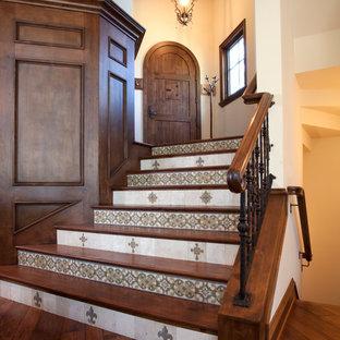 Modelo de escalera curva, tradicional, extra grande, con escalones de madera y contrahuellas con baldosas y/o azulejos