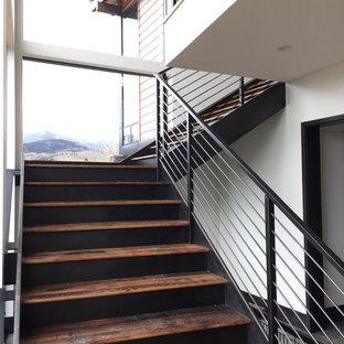 デンバーの巨大な木のモダンスタイルのおしゃれなフローティング階段 (金属の蹴込み板、金属の手すり) の写真