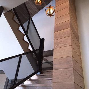Ejemplo de escalera recta, rústica, de tamaño medio, con escalones de madera, contrahuellas de madera y barandilla de metal