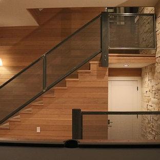 Foto de escalera recta, rústica, de tamaño medio, con escalones de madera, contrahuellas de madera y barandilla de varios materiales
