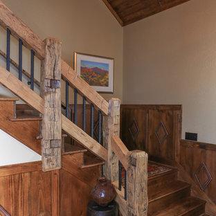 Immagine di un'ampia scala a rampa dritta rustica con pedata in legno e alzata in legno